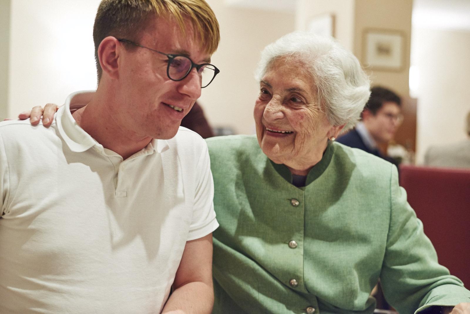 Generationenaustausch bei Tertianum: Seniorin und Student genießen den Abend beim Generationen-Dinner