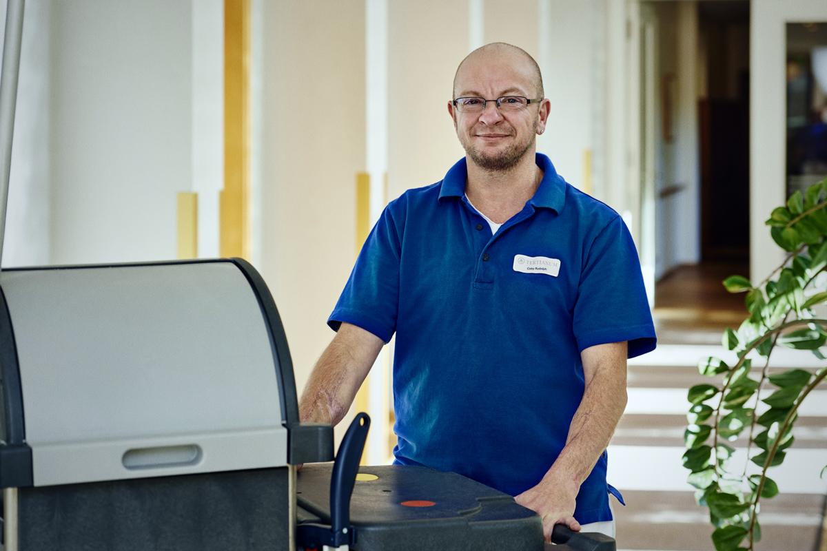 Berufsbild Hauswirtschaft: Coby Rudolph arbeitet als Stellvertretender Hauswirtschaftsleiter in der Tertianum Premium Residenz München