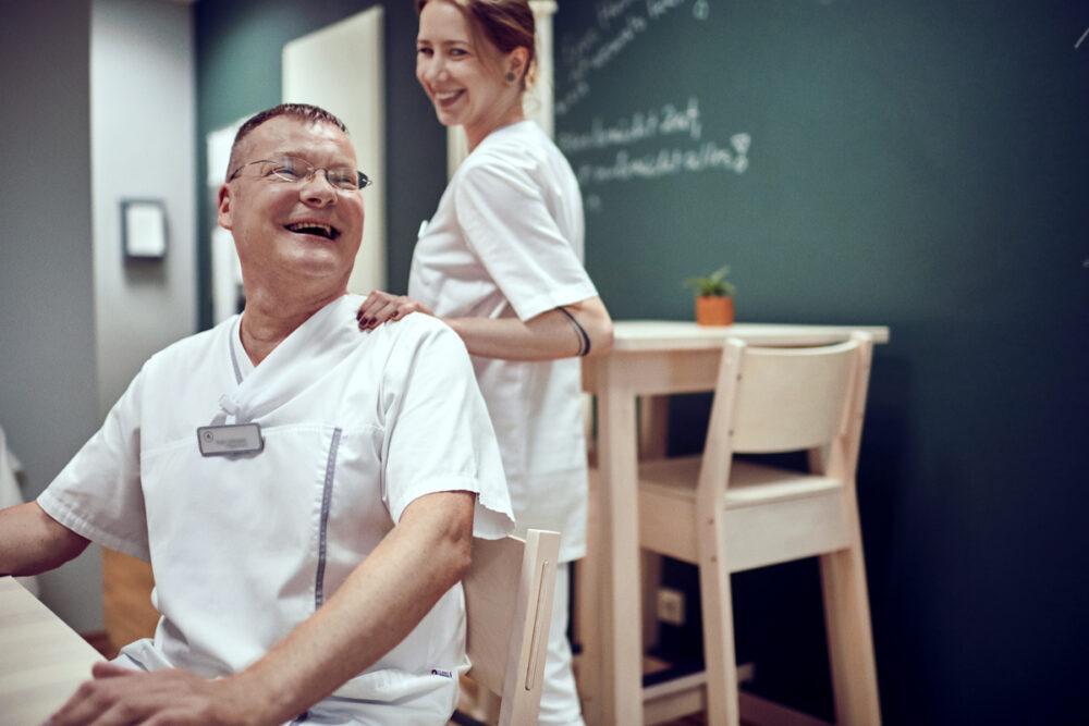 Berufsbild stationäre Pflege: Fred Lüttmann arbeitet als Pflegefachkraft in der Tertianum Premium Residenz Berlin