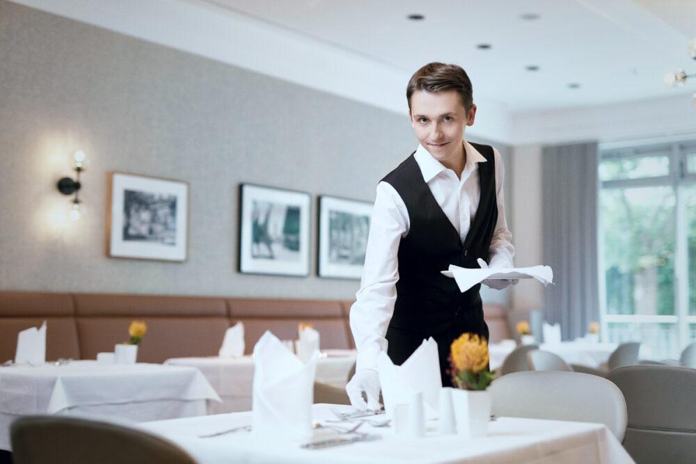 Berufsbild Gastronomie: Robin Unger arbeitet als Servicefachkraft in einer Tertianum Premium Residenz