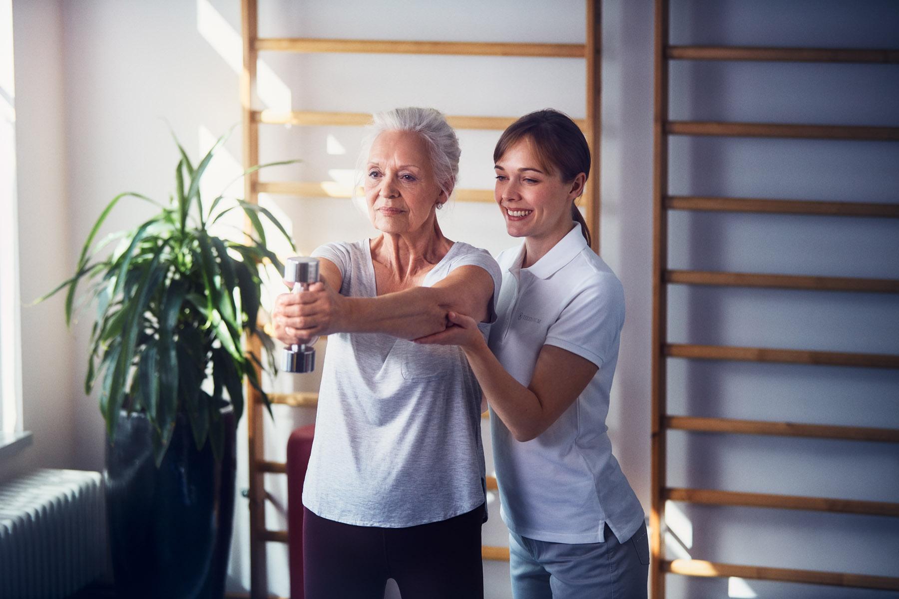 Eine Seniorin mit einer Pflegerin beim Sport in der Luxus Seniorenresidenz Tertianum