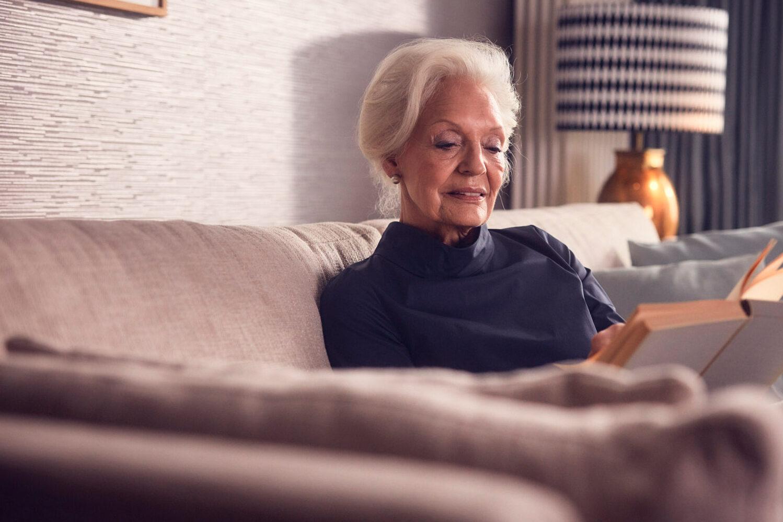 Eine Seniorin beim Lesen in der Luxus Seniorenresidenz Tertianum