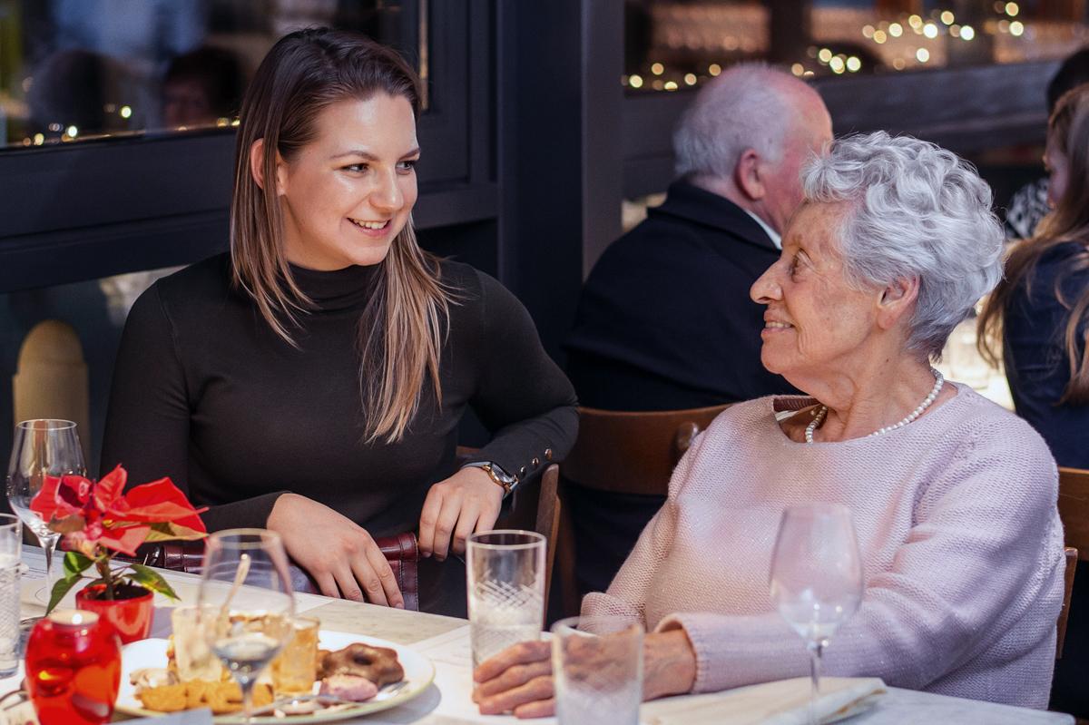Eine junge und eine ältere Frau beim Dinner in der Tertianum Luxus Seniorenresidenz