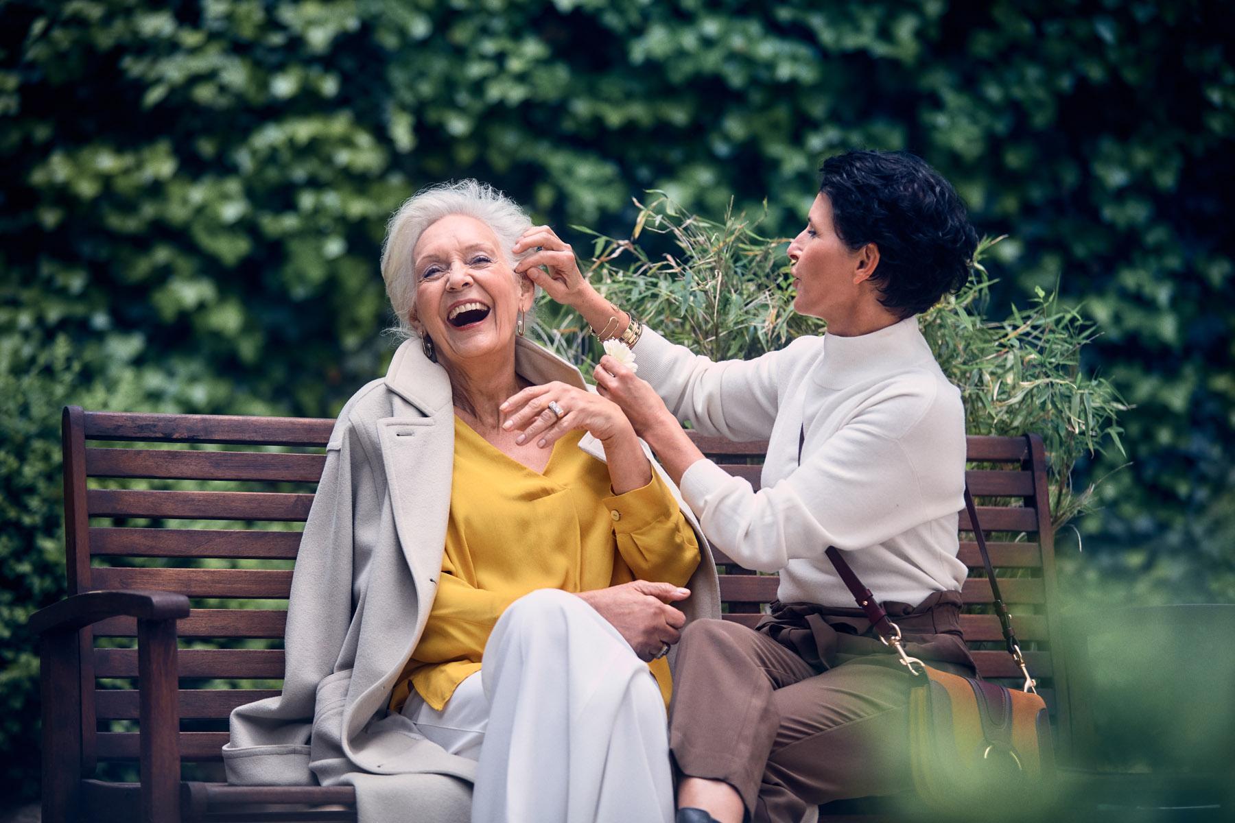 Eine fröhliche ältere Dame mit einer Freundin in der Tertianum Luxus Seniorenresidenz