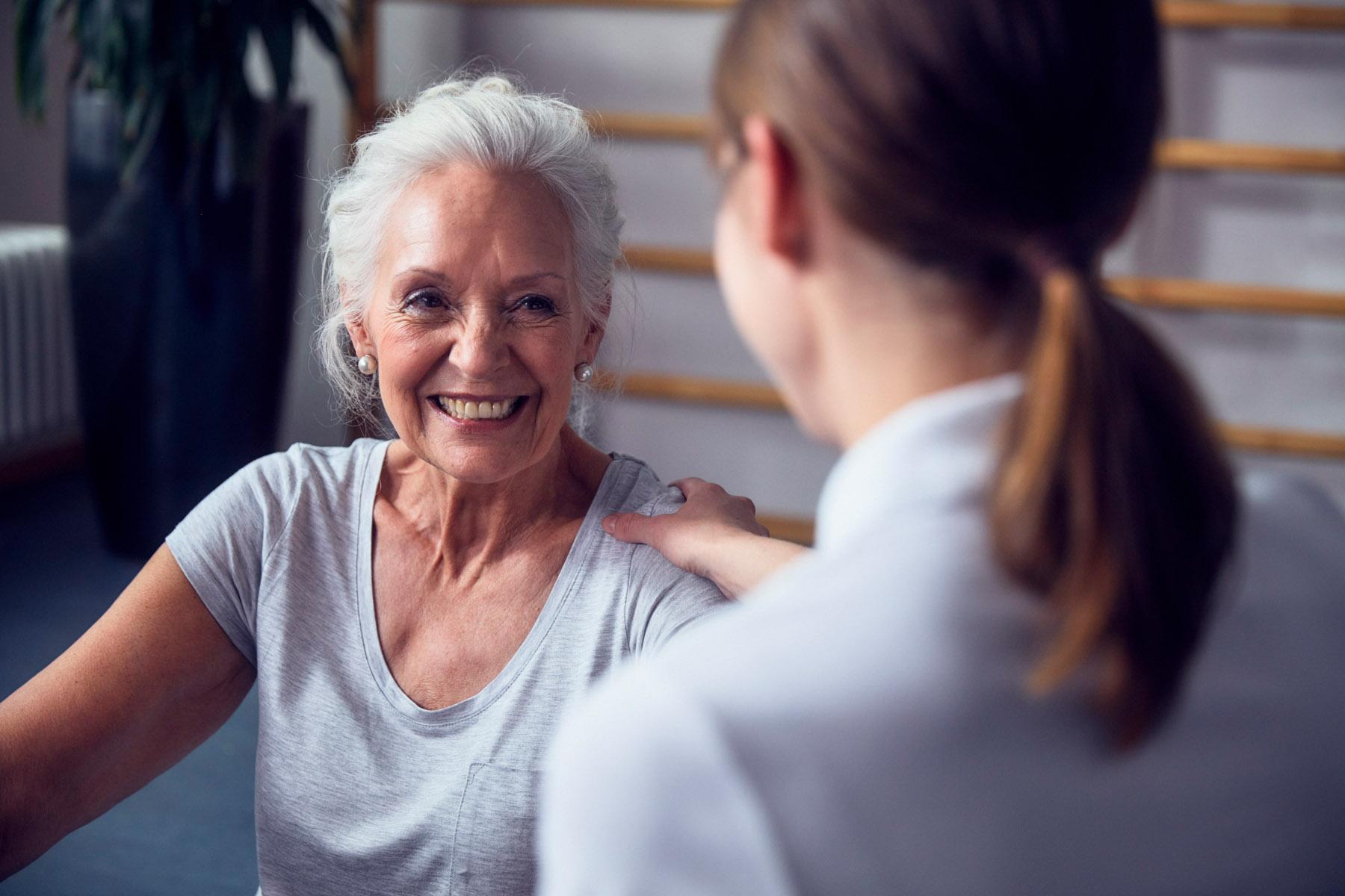 Seniorin mit einer Pflegerin in einer Tertianum Luxus Seniorenresidenz