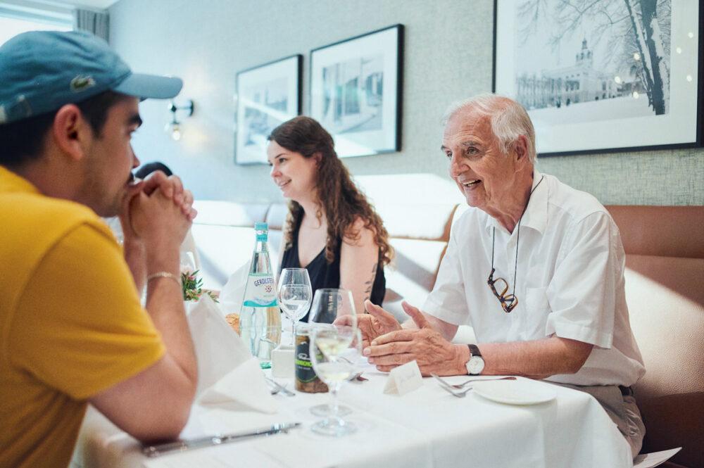 Junge Leute mit Senioren beim Essen in der Luxus Seniorenresidenz Tertianum