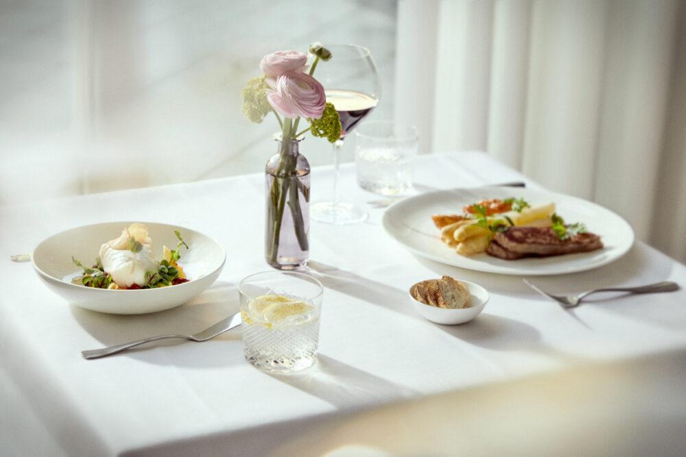 Ein edel gedeckter Tisch in der Luxus Seniorenresidenz Tertianum