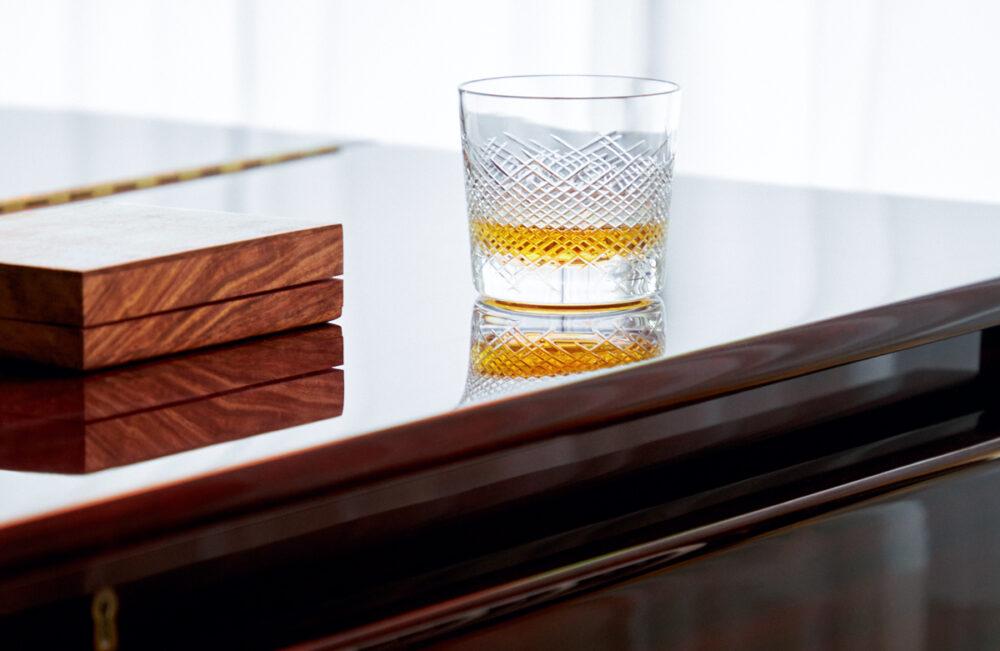 Ein Klavier mit Drink in der Luxus Seniorenresidenz Tertianum