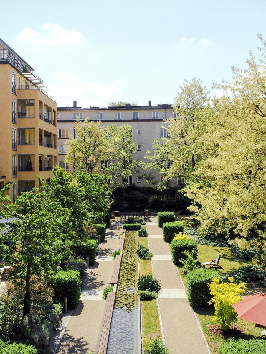 Blick auf den Garten der Luxus Seniorenresidenz Tertianum München