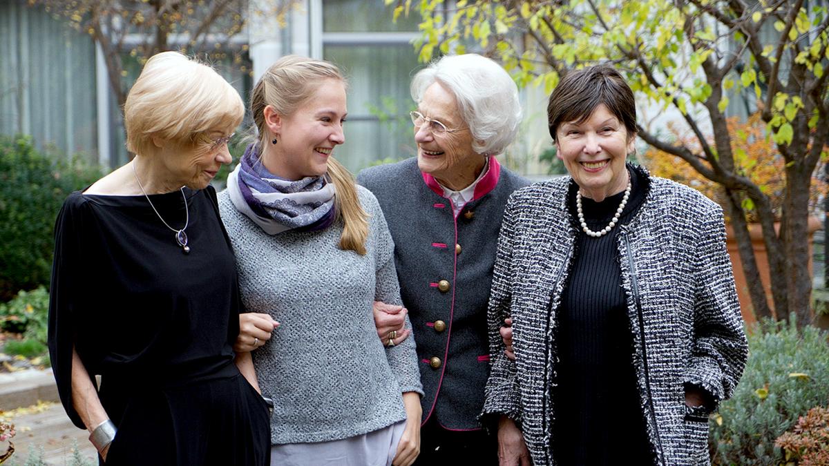 Gelebter Generationenaustausch der Tertianum Premium Group: Drei Residenz-Bewohnerinnen genießen das Beisamensein mit einer Studentin (Student in Residence)