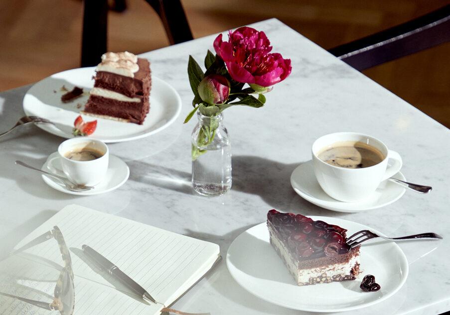 Ein gedeckter Tisch mit Kuchen in der Luxus Seniorenresidenz Tertianum