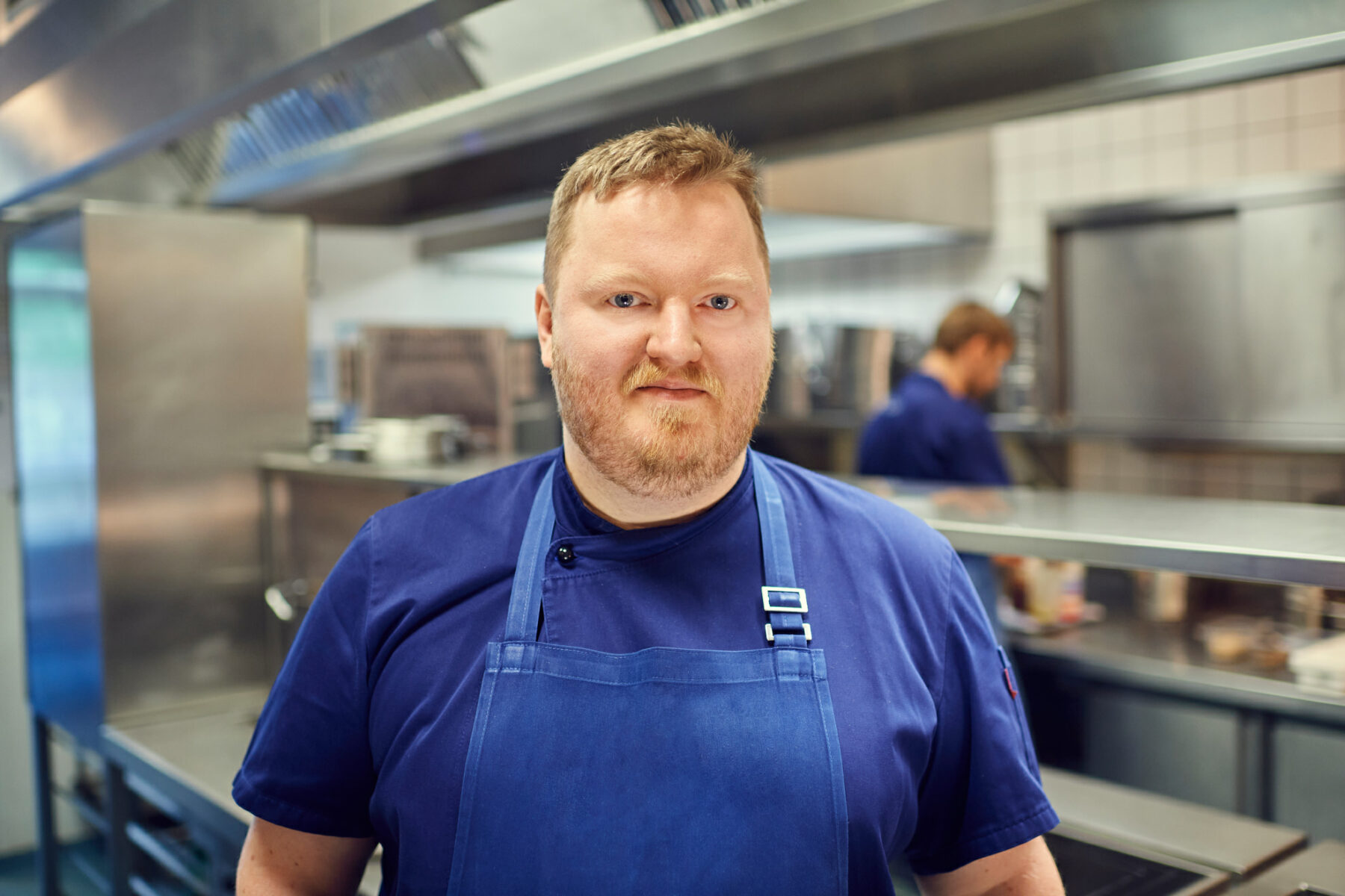 Foto von Dominik Obermeier - Küchendirektor der Tertianum Premium Residenzen und Brasserie Colette Tim Raue - in der Küche